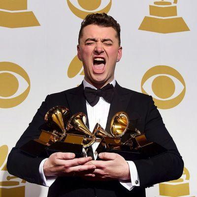 Muusikko Sam Smith ja neljä Grammy-patsasta.