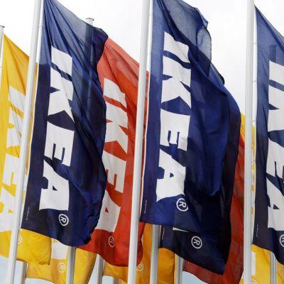 Ikea liput liehuvat lipputangoissa.