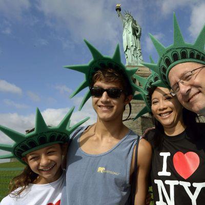 Claire, Connor, Lalita ja Rick Perkins hymyilevät valokuvaajalle.