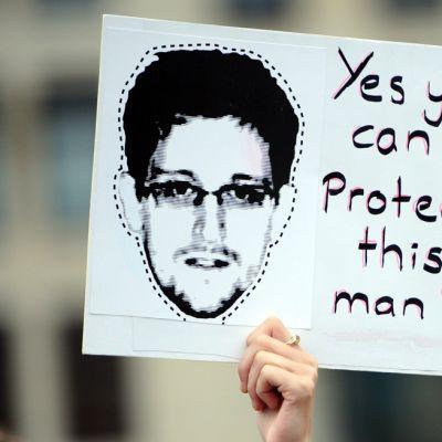 Mielenosoittaja piteli Snowdenia kannattavaa kylttiä Berliinissä 4. heinäkuuta.