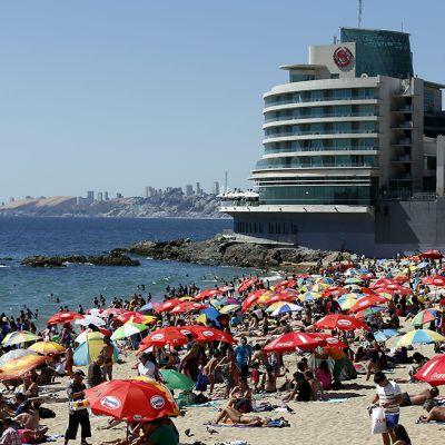 Ihmiset nauttivat auringosta helmikuussa 2014 Caleta Barcan rannalla, Vina del Marissa, 120 kilometriä Santiagosta.