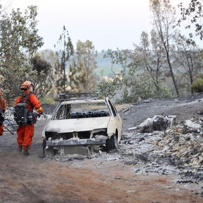 Palomiehet tutkivat maastopalon tekemiä tuhoja Amadorin maakunnassa Pohjois-Kaliforniassa 27. heinäkuuta.