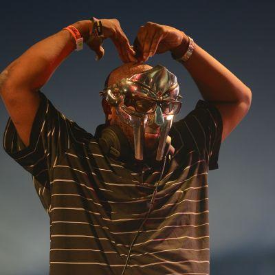 MF Doom metallinhohtoisessa naamiossa.