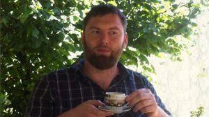 Petar Matovic dricker kaffe