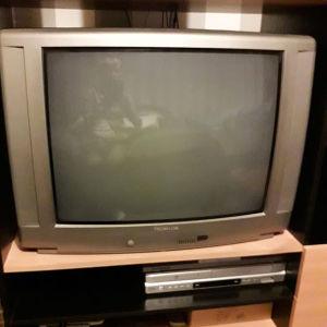 En gammal tv-apparat och ett datorbord