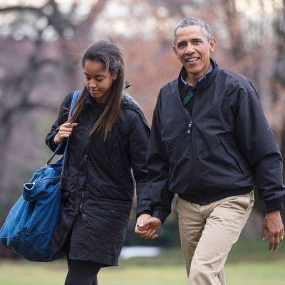 Kuvassa Malia Obama on isänsä  kanssa Valkoisen talon pihalla tammikuussa 2015.