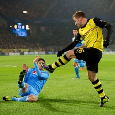 Borussia Dortmundin Jakub Blaszczykowski ampuu kohti maalia.