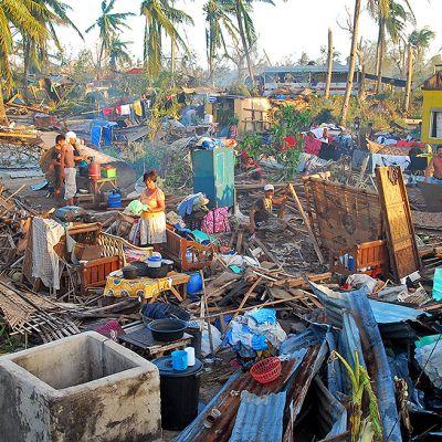 Ihmisiä taifuuni Haiyanin tuhoamien kotiensa raunioilla.