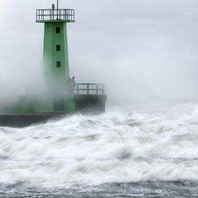 Myrskyaallot lyövät Wladyslawowon majakkarantaan Puolassa.