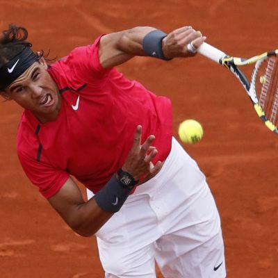 Rafael Nadal syöttämässä