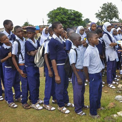 Koululaisia tarkastetaan kuumemittarilla Ebola-viruksen seulomiseksi.