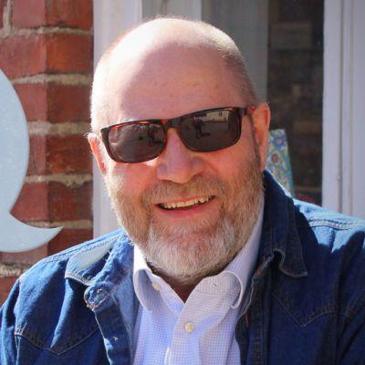 Elokuvaohjaaja Markku Pölönen ja Mie tuun -kampanjan logo
