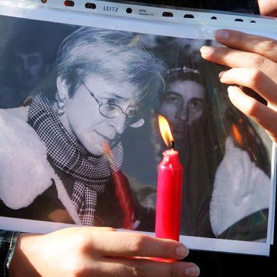 Ukrainalaiset surivat Anna Politkovskajaa Ukrainassa 10. lokakuuta 2006.
