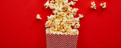 En ask och utspridda popcorn