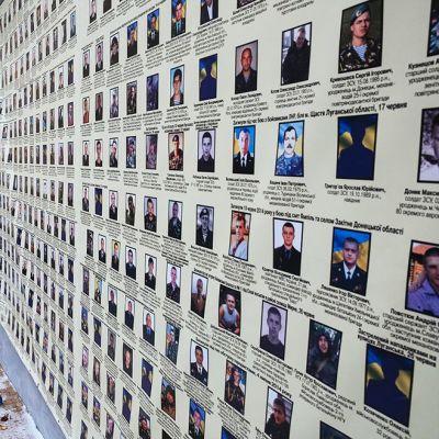 Kiovan keskustan kadulla on nähtävissä Itä-Ukrainan konfliktissa kuolleiden sotilaiden kuvat.