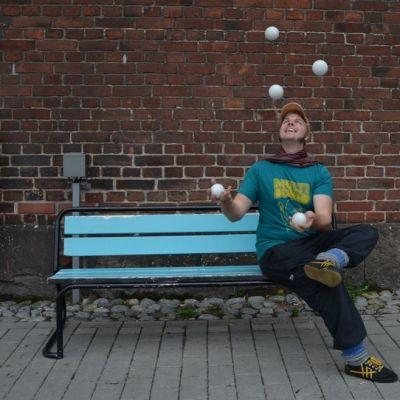 Kaj-Mikael Schütt jonglööraa