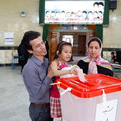 Iranilaisperhe äänesti lähellä Teherania.