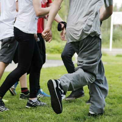 nuoret juoksevat