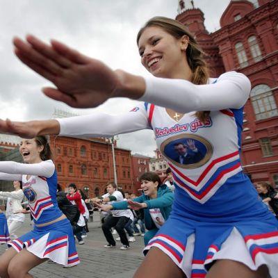 Medvedevin tytöt näyttivät mallia joogasta Moskovan Punaisella torilla syyskuussa 2011.