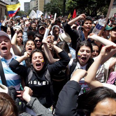 Mielenosoittajia kaduilla