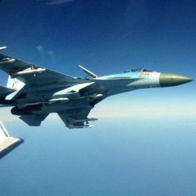 venäläinen hävittäjä ilmassa lähellä toista lentokonetta