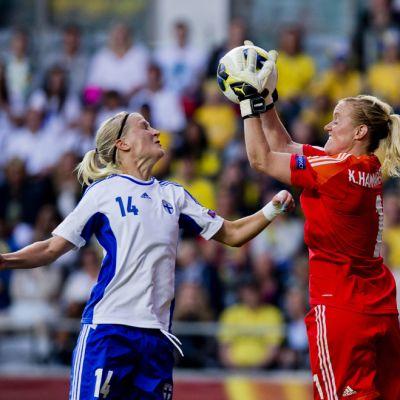 Suomen Sanna Talonen ja Ruotsin maalivahti Kristin Hammarström tavoittelevat palloa.