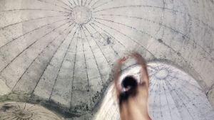 Tanssia Organiumissa, akustisessa betoniteoksessa Hailuodossa