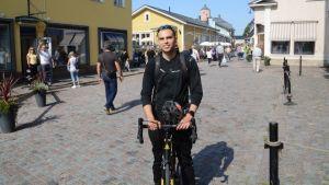 Landsvägscyklist vid infarten till Borgå gamla stad.