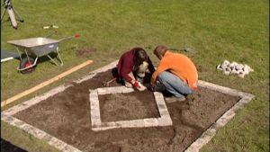 Matias och Catharina arrangerar en planteringsruta.