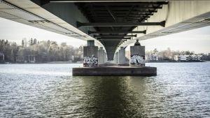 Lauttasaaren sillan alla