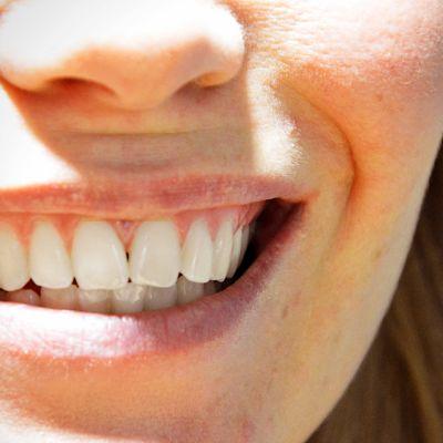 Hymyilevä nainen.