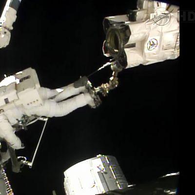 Astronautti avaruuskävelyllä