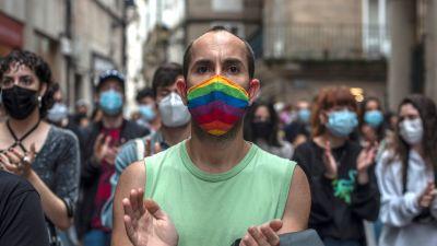 Demonstranter tågade också i centrum av staden Ourense, i nordvästra Spanien, på måndag kväll.