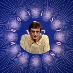 Matti Rosvall juontaa Tasavallassa tapahtuu -ohjelmaa Eurovisio-tunnuksen sisällä 1976.