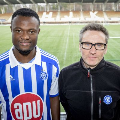 HJK:n Gideon Baah (vas.) ja päävalmentaja Sixten Boström poseeraavat vierekkäin.