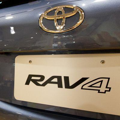 RAV4-teksti uuden Toyotan rekisterikilven kohdalla.