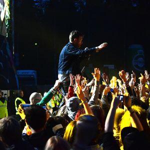 Damon klättrade ut bland publiken när de drog låten Country House. Det var uppskattat. Alla ville ha en bit av honom.