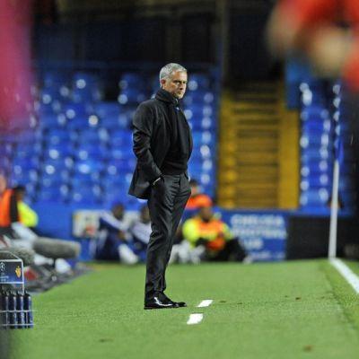 Chelsean päävalmentaja Jose Mourinho kentän laidalla