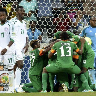 Sambian maalivahti Kennedy Mweene joukkuekaverien onniteltavana.