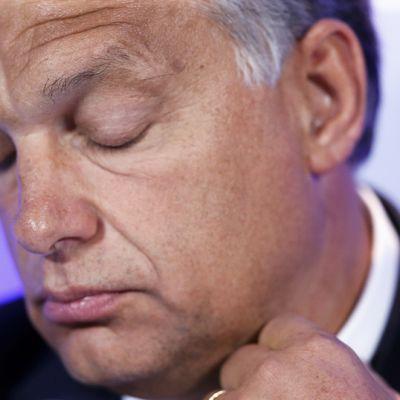 Lähikuva Viktor Orbánin kasvoista.