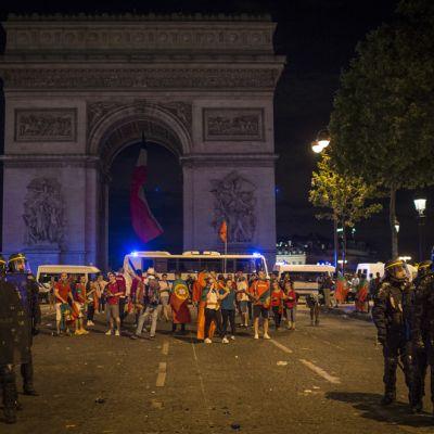 Jalkapallofaneja Pariisissa.