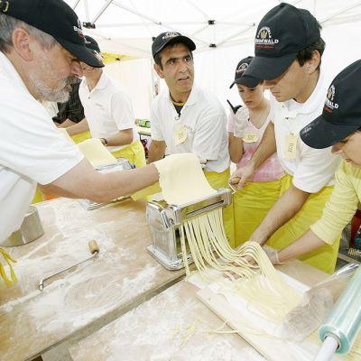 Italialaiskokki Nicola Avantaggiato (toinen vasemmalta) avustajineen valmistavat maailman pisintä Fettucine-pastaa.