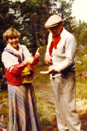 Författaren Maarit Tyrkkö plockar smultron tillsammans med president Urko Kekkonen på Gullranda år 1980.