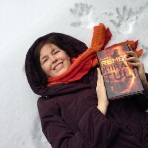 Tuijata.kulttuuripohdintoja-blogin Tuija Takala Kiirastuli-kirja kädessä