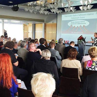 Kuntaministeri Anu Vehviläinen aloitti Itä- Ja Pohjois-Suomen maakuntien huippukokouksen selittämällä hallituksen kuntapolitiikkaa seitsemän maakuntaliiton hallituksen jäsenille.