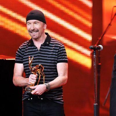 U2-yhtyeen laulaja Bono (oik.) ja kitaristi The Edge vastaanottamassa tunnustusta Saksassa marraskuussa 2014.