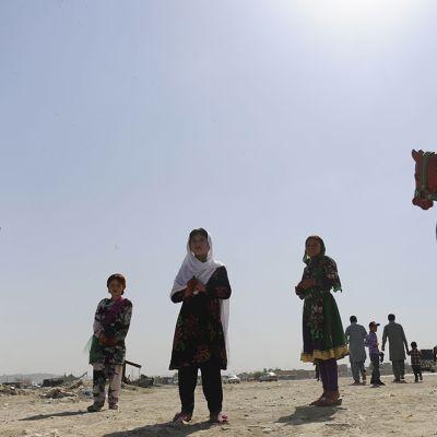 Lapset nauttivat karusellikyydistä  id al-fitr -juhlassa