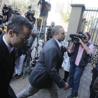 Oscar Pistorius saapuu oikeuteen.