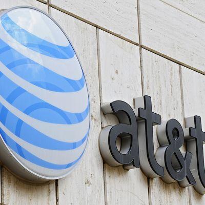 Teleoperaattori AT&T:n logo yhtiön päämajan seinässä Dallasissa, Texasissa.