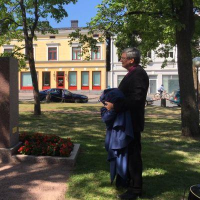 Kaarlo Kalliala paljasti vuoden 1918 sodan punaisten muistomerkin Porissa Keski-Porin kirkon puistossa 18.7.2018.